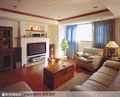 客廳空間透過壁爐式的主牆造型,給予空間舒適、優雅的生活氛圍。