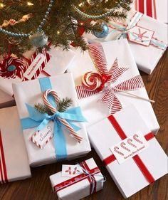 Jak elegancko zapakować świąteczny prezent? Wykorzystaj biały papier, do tego czerwoną lub niebieską wstążkę. Na koniec świąteczny detal - ozdób prezent świątecznym lizakiem lub gałązką igliwia. Gotowe!