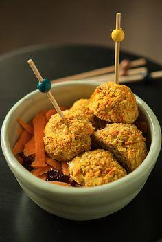 Boulettes de légumes (carottes et courgettes, remplaçable par d'autres), chevre-amande (à servir avec une sauce, en salade, dans une assiette de pâtes, avec une soupe...)