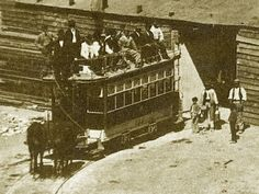El 31 de mayo de 1871 se inauguraba el servicio de tranvías de Madrid con coches arrastrados por mulas. Disponía de 24 coches, cada uno de los cuales costó 2.000 pesetas, y de 120 caballerías. Cada coche tenía capacidad para 24 pasajeros, 16 en el interior y 8 en la imperial, al descubierto.