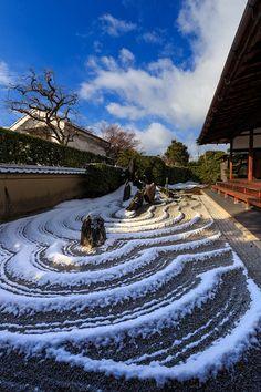 Terraced Japanese rock garden trimmed in seasonal frosting of snow - beyond lovely! ~  重森三玲の庭・雪景色(大徳寺塔頭・瑞峯院) : 花景色-K.W.C. PhotoBlog