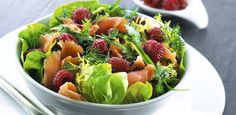 GOURMETtrim Røget laks med hindbærvinaigrette og salater