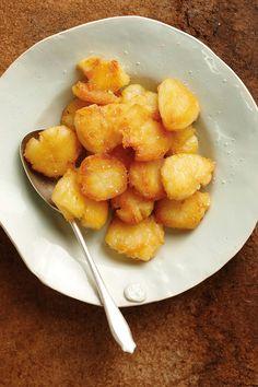 Ek het al baie oondgebraaide aartappels gemaak, maar hierdie nuwe manier van Jamie Oliver is regtig aan te beveel. Die aartappels word effens platgedruk so halfpad deur die oondbraaityd. Eendvet maak dit baie bros, maar jy kan dit vervang met sonneblomolie. (Sien wenk.)