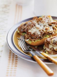 Recette de Ricardo: Philly cheesesteak - Emily's Home Beef Recipes, Cooking Recipes, Healthy Recipes, Yummy Recipes, Steak Sandwich Recipes, Cheesesteak Recipe, Confort Food, Ricardo Recipe, Cuisine Diverse