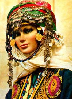Bridal headgear of the Alevi Türkmen, which are settled on Kozak Yaylası (in the district of Bergama, north of Izmir). Costume Hats, Folk Costume, Traditional Art, Traditional Outfits, Folklore, Tribal Belly Dance, Tribal Fashion, Beautiful Gorgeous, Dance Outfits