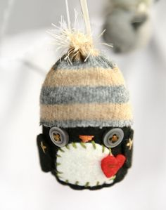 Penguin by Nicety Deco. Easy To Make Christmas Ornaments, Christmas Owls, Christmas Deco, Christmas Goodies, Fabric Toys, Felt Fabric, Christmas Stall Ideas, Craft Stalls, Softies