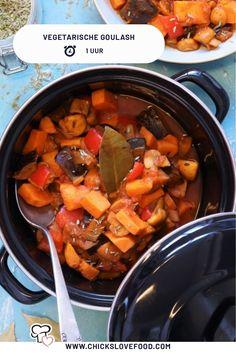 Hoe klinkt deze vegetarische goulash... Dit Hongaarse stoofpotje met zoete aardappel is zó lekker. Het enige wat je hoeft te doen is alle ingrediënten in de pan en het geheel te laten sudderen. Heerlijk voor na een herfstige middag! #goulash #vegetarischegoulash #makkelijkerecepten #lekkererecepten #vegetarisch #vegetarischerecepten Veggie Recipes, Baking Recipes, Dinner Recipes, Healthy Recipes, Winter Food, Going Vegan, Pot Roast, Bon Appetit, Vegan Vegetarian