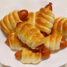 ホットケーキミックスを使うと簡単にいろんな物が作れます。アメリカンドックにしようかな?と思ったのですが巻いてみました。 今度は生地にカレー粉やチーズの粉を混ぜてみようと思います。 オーブンがない場合はフライパンで、焼いても大丈夫です。