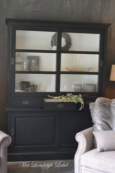 black outside with white inside buffet Sober Living, Home And Living, Living Room Styles, Living Spaces, Home Decor Furniture, Painted Furniture, Buffet Teck, Painted Cupboards, Country Interior
