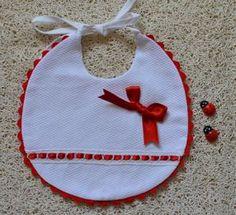Babero de piqué con pasacintas mod. 14 Baby Shower Gifts To Make, Baby Shower Crafts, Baby Shower Decorations, Bib Pattern, Baby Sewing Projects, Kids Patterns, Baby Bibs, Crochet Baby, Baby Items