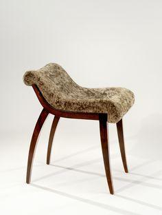 MAISON DOMINIQUE |  Tabouret de coiffeuse à assise galbée reposant sur un piétement sabre. Vers 1940.