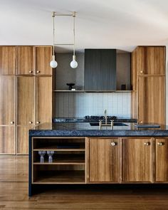 Luke Fry Architects And Interiors Puts A New Spin On Art Deco The Design Files – Art Deco Curves Meet Clean Lines In This Sleek Melbourne Home. Cocina Art Deco, Casa Art Deco, Art Deco Kitchen, Art Deco Home, New Kitchen, Kitchen Decor, Kitchen Ideas, Timber Kitchen, Awesome Kitchen