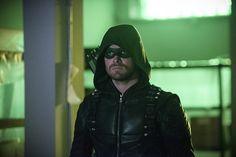 Arrow: Oliver bate de frente com Stardust no trailer e imagens do episódio 5x03 - Minha Série