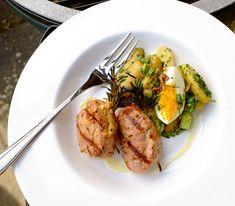 Die Rosmarinzweige geben den Filetstücken nicht nur ein wunderbares Aroma, sondern halten auch die Füllung an Ort und Stelle.
