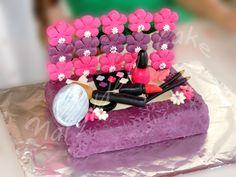 Marylden Cake - Cake design gâteau boite à maquillage avec modelage en pâte à sucre de vernis à ongle, rouge à lèvre, crayon, fard à paupière, blush, pinceau et miroir