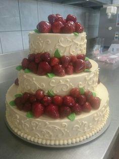 Tort weselny na bazie pysznego waniliowego kremu maślanego russel, zdobiony ornamentem i świeżymi truskawkami. Idealne dopełnienie weselnego garden party :)