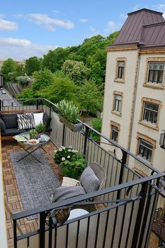 Pretty white and gray apartment in Sweden - balcony garden 100 - Balkonien - balconydecking Small Balcony Design, Small Balcony Garden, Small Balcony Decor, Outdoor Balcony, Modern Balcony, Balcony Ideas, Balcony Flowers, Balcony Gardening, Apartment Balcony Garden