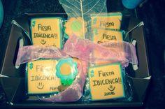 Unas galletas personalizadas, con la temática de la fiesta y el nombre, decoradas con un lazo y pluma de seda rosa, harán las delicias de los niños!