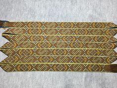 Das Leksand-Band ist ein Dreifarben - Köper und datiert auf das 10. Jahrhundert. Material: pflanzengefärbte Wolle Länge: 3,4m Brettchen: 35 Stück, Breite: 2,6cm, gewebt von Nordvolk