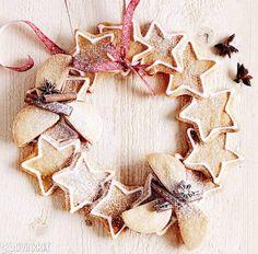 Asettele herrasväenpikkuleivät ja vaaleat inkivääripiparit tarjolle kranssin muotoon. Kranssi käy lahjasta, kun pikkuleivät liimaa kiinni toisiinsa sulatetulla sokerilla. Ginger bread wreath. Attach cookies with melted sugar. / #christmasornaments #gingerbread #wreath #christmasdecorations