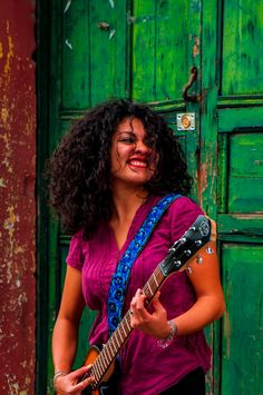 Design: Enredadera. Colors: Blue, Turquoise, Grey / Azul, Turquesa, Gris. Leather embroidered guitar strap  Enrededera Blue by TildeStraps, $60.00. Foto: Jhonathan Gómez
