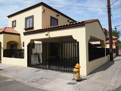 Fachadas de Casas Modernas: Fachada de casa moderna con cochera doble techada Pintura Exterior, Mexico House, House Plans, Porch, Garage Doors, Outdoor Decor, Room, Small Houses, Veronica