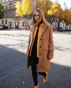 Maternity style: Pernille Teisbaek wearing a camel coat with a shirt and black leggings Sandro, Fall Fashion Trends, Autumn Fashion, Camel Coat Outfit, Camel Blazer, Daily Street Style, Mode Mantel, Garance, Fashion Mode