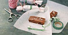 Karpaloilla ja inkiväärillä maustettu toffee on herkkusuun suosikki. Tarjoile paloina tai patukoina, kauniisti pakattuna. Lassi, Toffee, Salt Water Taffy