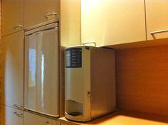 Belangrijke vraag: Kun je de kasten zo op maat maken zodat de koffieautomaat er mooi tussen past zonder al te veel ruimte in te nemen? Tuurlijk, geen probleem!