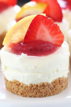 How to make No Bake Strawberry Lemonade Mini Cheesecakes! This easy homemade dessert recipe is adorably fresh, tart, and fruity and will be the star of any summer cookout! You'll love the delicious graham cracker crust! Easy Homemade Desserts, Mini Desserts, No Bake Desserts, Just Desserts, Delicious Desserts, Mini No Bake Cheesecake, Cheesecake Recipes, Cupcakes, Cupcake Cakes