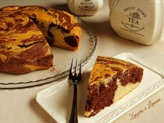 La torta marmorizzata è un buonissimo dolce da forno. Soffice, profumata, golosa, è perfetta per la prima colazione, per la merenda e per accompagnare un tè