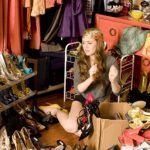 It isn't easy to stop shopping. From money-saving apps and websites to shopping at thrift stores, here are some ways that you can still shop for clothes without going broke. Ways To Save Money, Money Saving Tips, E Sport, Me Clean, Shopping Hacks, Healthy Choices, What To Wear, Fashion Tips, Clothes