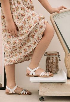 2d027783b7f9a Ces nu-pieds blancs de la marque Reqins embélliront les tenues de vos  petites filles