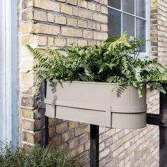Bau Balcony Box warm grey fra Ferm. En fin blomsterkasse som kan henges på terrassen, eller brukes stående som blomsterkasse eller til oppbevaring! Balcony Planters, Indoor Planters, Diy Planters, Balcony Garden, Planter Boxes, Indoor Garden, Terrace, Deck Railing Planters, Outdoor Balcony