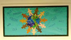 UN DAY Bulletin board. PKB 2015-2016 Los chicos colorearon el mundo y dibujaron caritas felices en las siluetas de los niños. Escribimos HOLA en diferentes idiomas.