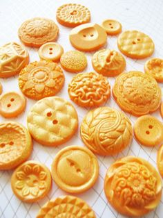 """""""Tangerine Gold"""" vintage edible buttons for orange gold cake decoration by The Frosted Petticoat.."""