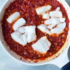Dorsz w sosie pomidorowym z chorizo i ciecierzycą - Kwestia Smaku