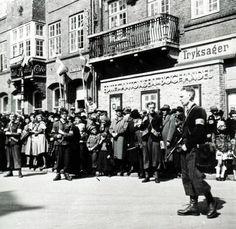 Menneskeforsamling og frihedskæmpere på Sct. Mathias Gade i Viborg ved befrielsen, maj 1945.