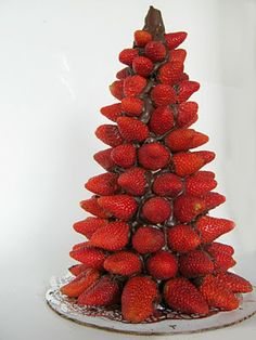 Strawberries and chocolate loveliness!! I totally want to try this for the holidays. Looks and sounds amazing!!     Chocolate Strawberry Christmas Tree Tutorial.......oh yum !!!