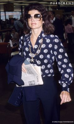 Óculos oversized, camisa florida e pantalona: Jackie Kennedy reinventou os anos 70