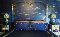 Let's get started with a fresh blue bedroom design, with a gorgeous maritime wallpaper that looks absolutely stunning with the mirrored nightstands and mermaid table lamps. Interior Design Blogs, Top Interior Designers, Home Decor Colors, Colorful Decor, Azul Royal, Royal Blue, Decoration For Ganpati, Fish Wallpaper, Bedroom Wallpaper