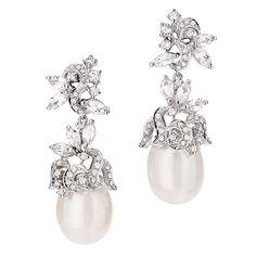Brinco em Ouro Branco, Diamantes, Topázio Branco e Pérola da Bridal Collection by @malcade #jewellery #jewelry #handmade #pearls #perolas #diamonds #juliookubo #noivas #bridal #joiasparanoivas #luxury #iguatemisp #bridal