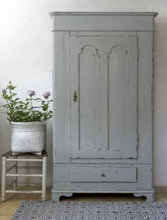 19th Century Distressed Gray Painted Cabinet - what a treasure! - via Butik Lanthandeln - Grått gammalt skåp med mycket patina