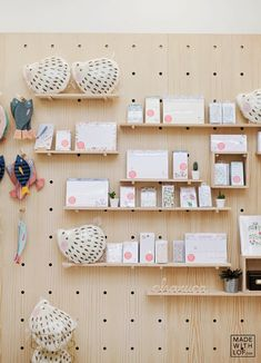 Tiendas bonitas: made with lof - volgende halte cnc мебель, полки, дерево Baby Store Display, Market Stall Display, Craft Fair Displays, Store Displays, Kids Store, Toy Store, Craft Markets, Craft Show Ideas, Shop Interiors