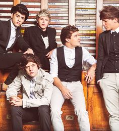 They rarely ever look in one direction lol I'm looking at you Louis and Liam XD