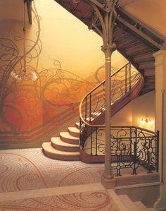 Victor Horta (belga, 1861 – 1947). Hôtel Tassel (1894), arquitetura. Art Nouveau.  Primeiro edifício do movimento. Linha orgânica, harmônica, com formas curvas, ênfase à luminosidade, decoração, ornamentação e estrutura. Utilização ousada de novos materiais como ferro, aço, vidro e madeira.