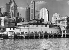 1939 The New York Aquarium in Battery Park (Castle Clinton). The aquarium currently resides in Coney Island, Brooklyn. Manhattan Nyc, Lower Manhattan, Manhattan Skyline, Downtown New York, New York City, Margaret Bourke White, New York Photos, Vintage New York, Battery Park