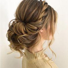 Torsade sur le coté et chignon flou . . . #365C #dailydoseofhairstyle #coiffures