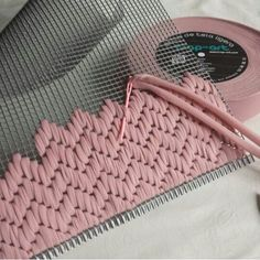 DIY trapillo with grid . - diy and joy Bargello, Fabric Manipulation, Plastic Canvas, Hand Embroidery, Diy And Crafts, Sewing Projects, Pattern, Ideas, Crafty