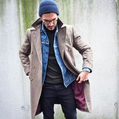 How to wear: beige overcoat, blue denim jacket, olive turtleneck, black skinny jeans Look Street Style, Look Man, Layering Outfits, Denim Jacket Men, Gentleman Style, Casual Looks, Men Casual, Menswear, Mens Fashion